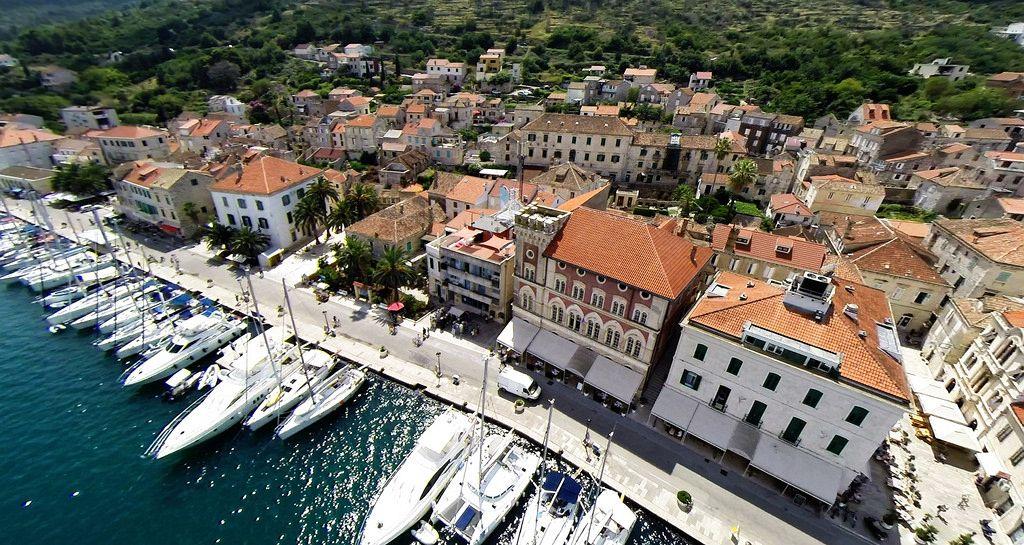 Isola di Vis Croazia. Le principali industrie attuali dell'isola sono l'agricoltura e il turismo.