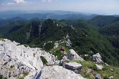 Il Parco nazionale di Risnjak si trova nel massiccio montuoso del Gorski kotar vicino alla città di Fiume (Rijeka), il grande altipiano carsico tra la Slovenia e la costa del Quarnaro, la regione più boscosa di tutta la Croazia.