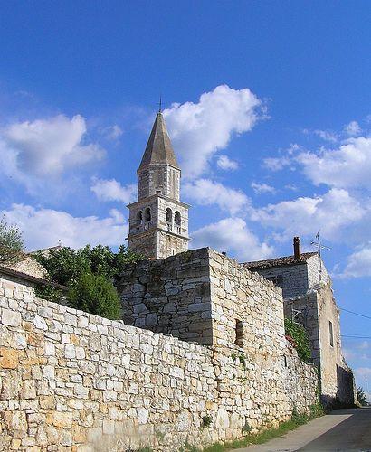 Visinada è un villaggio e comune all'interno della parte occidentale dell'Istria, in Croazia. Si trova a 17 km a nord est di Poreč, con un'altitudine di 400 m. L'economia è basata sull'agricoltura.