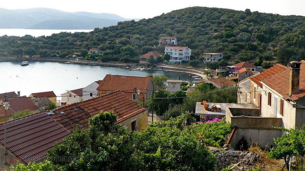 Al mare in Croazia. Isola di Rava. Gli unici insediamenti sull'isola sono Vela Rava e Mala Rava.