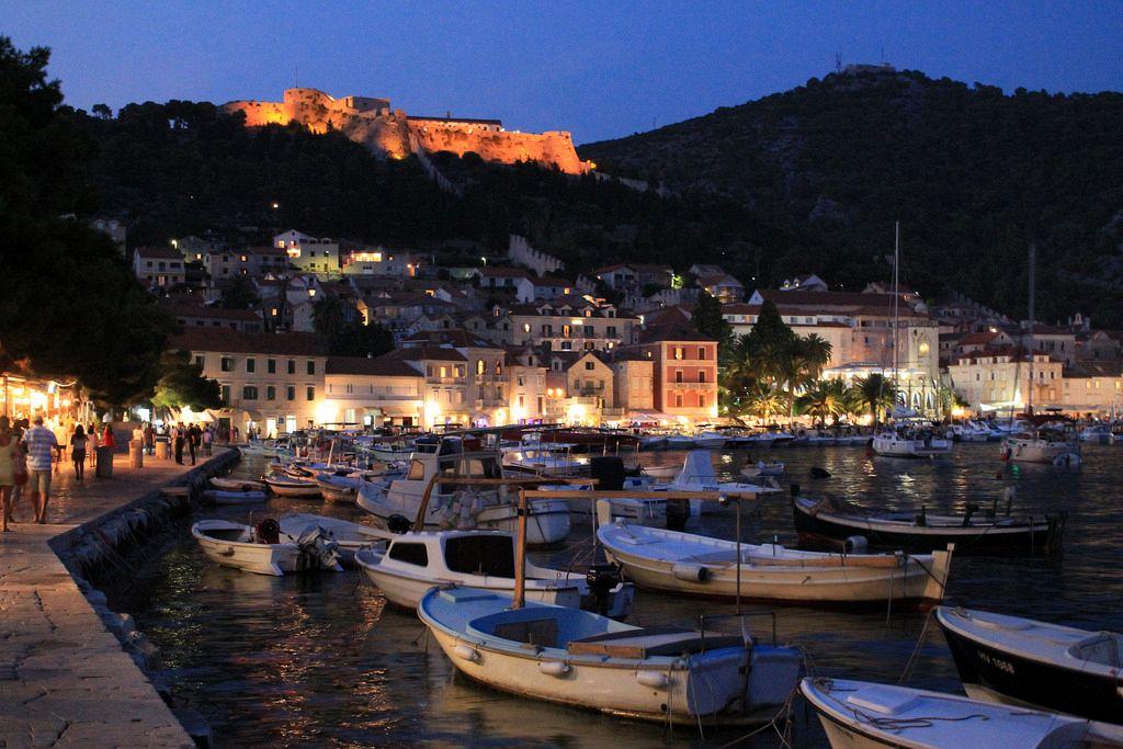 Migliori isole Croazia. La posizione di Hvar al centro delle rotte di navigazione adriatica ha reso quest'isola una base importante per il commercio su e giù per l'Adriatico