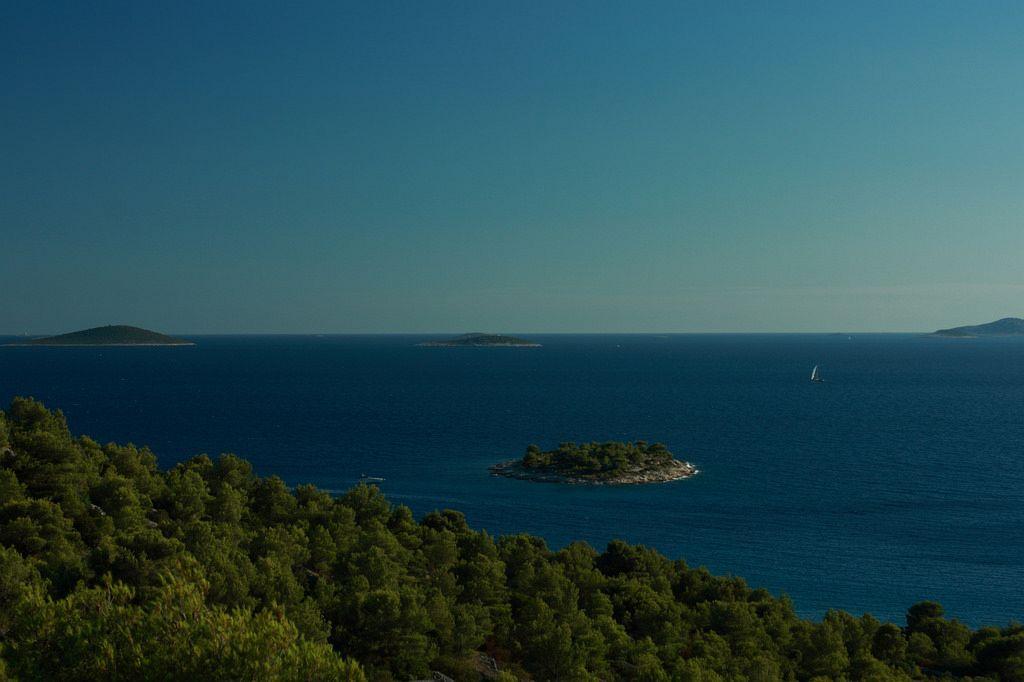 Isole Croazia dove andare. Isola di Murter. L'isola si trova nella parte nord-occidentale dell'arcipelago di Sebenico, separata dalla terraferma da un canale marino. L'isola ha molte spiagge rocciose, così come molte sabbiose.
