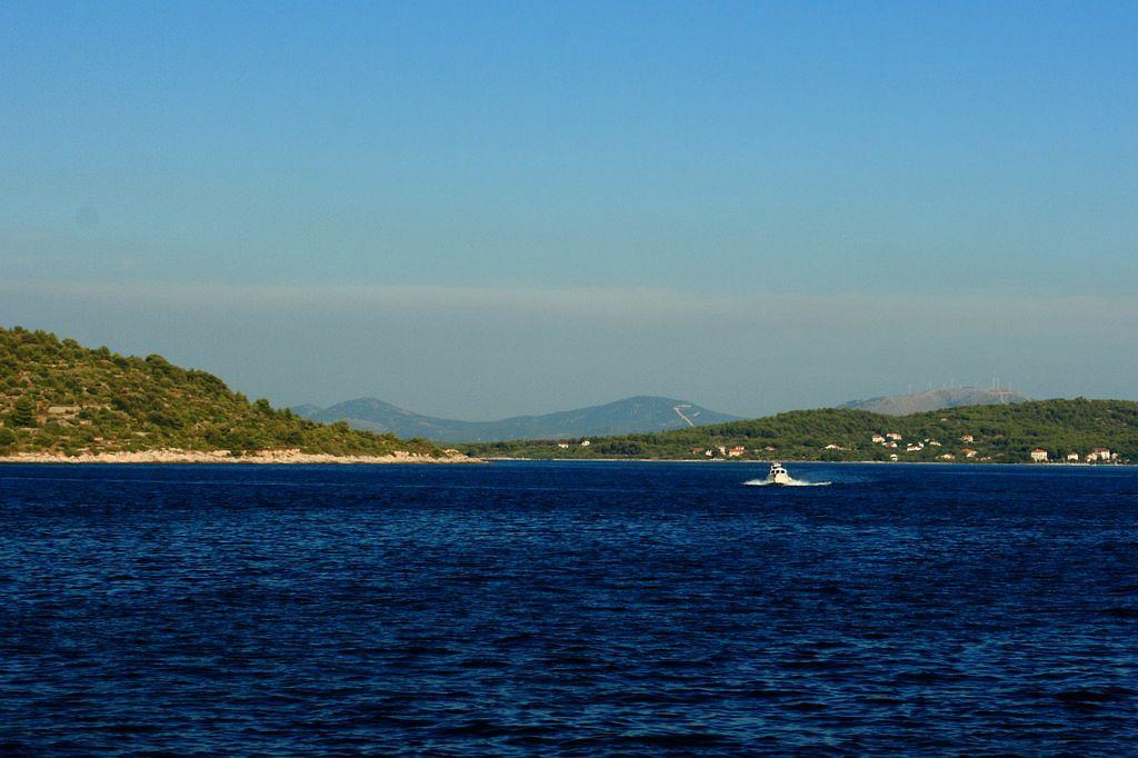 Vacanze isole Croazia. Zlarin (Slarino) è una piccola isola al largo della costa dalmata della Croazia, vicino alla città di terraferma di Sebenico.