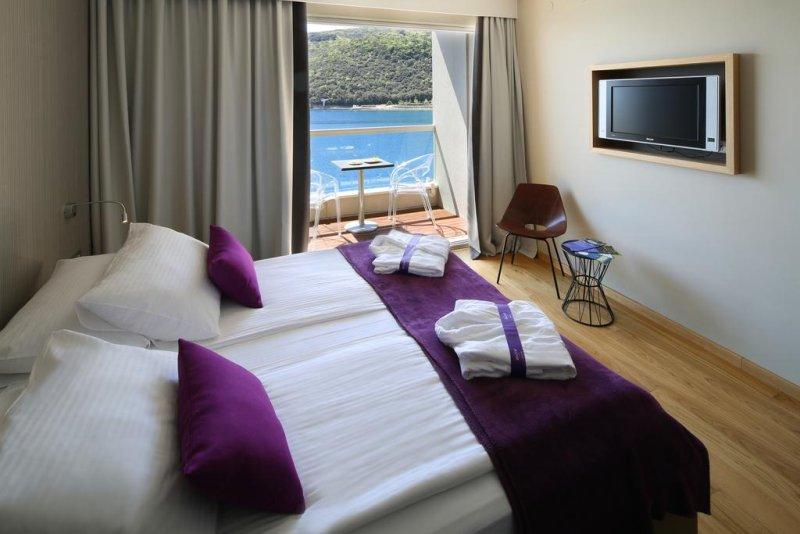 Hotel in Croazia mare. Dotato di sistemazioni ben attrezzate con splendida vista sul Mare di Rabac, l'Hotel Adoral vanta rilassanti, luminosi e sofisticati ambienti elegantemente arredati #croazia