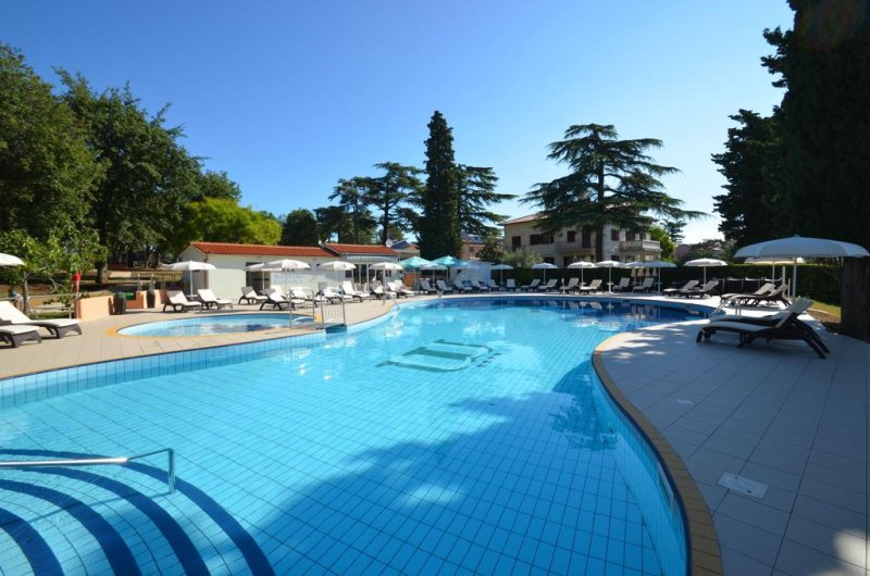 Situato a Parenzo (Poreč in croato), ad appena 50 metri dalla spiaggia, l'Apartments Materada Residence offre servizi gratuiti quali la connessione Wi-Fi e il parcheggio, appartamenti climatizzati, un campo da beach volley, e una piscina e una vasca idromassaggio all'aperto.