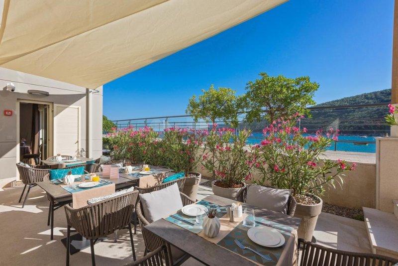 Croazia hotel mare. L'Adoral Hotel and Apartments si trova a Rabac, una località turistica sulla costa occidentale dell'Istria. #croazia
