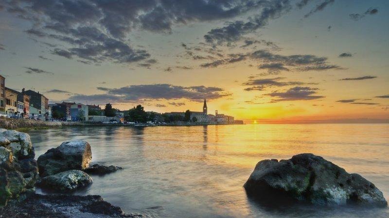 Istria cosa vedere. Parenzo è a meno di un'ora e mezza di viaggio dal confine italiano. Al confine con la Slovenia è necessario esibire un documento d'identità.