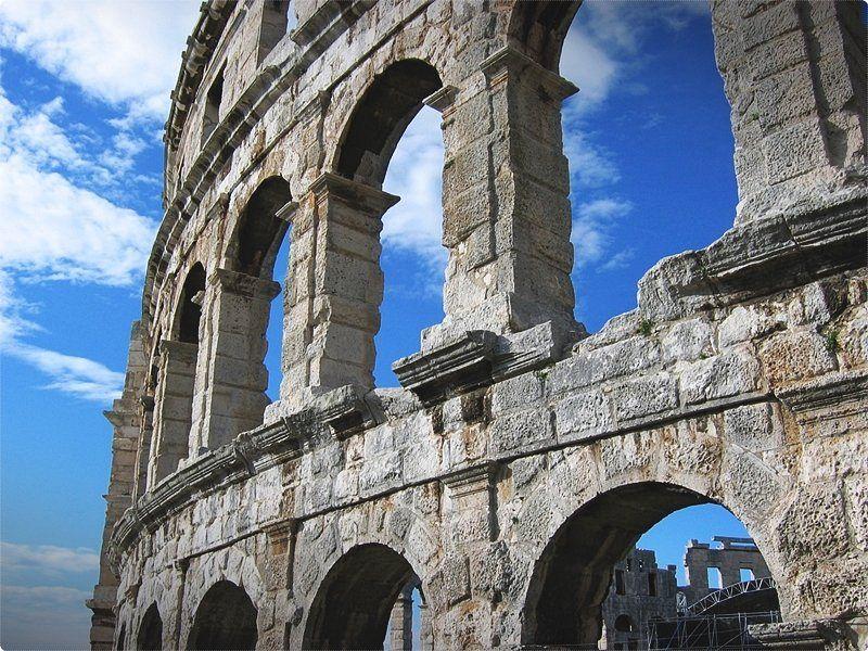 Arena di Pola, anfiteatro romano risalente al I secolo all'era dell'imperatore Vespasiano. L'anfiteatro, costruito con la pietra calcarea istriana, poteva ospitare circa 20.000 persone. Nei sotterranei è allestita la mostra permanente sull'olivicoltura e viticoltura dell'Istria nell'antichità.