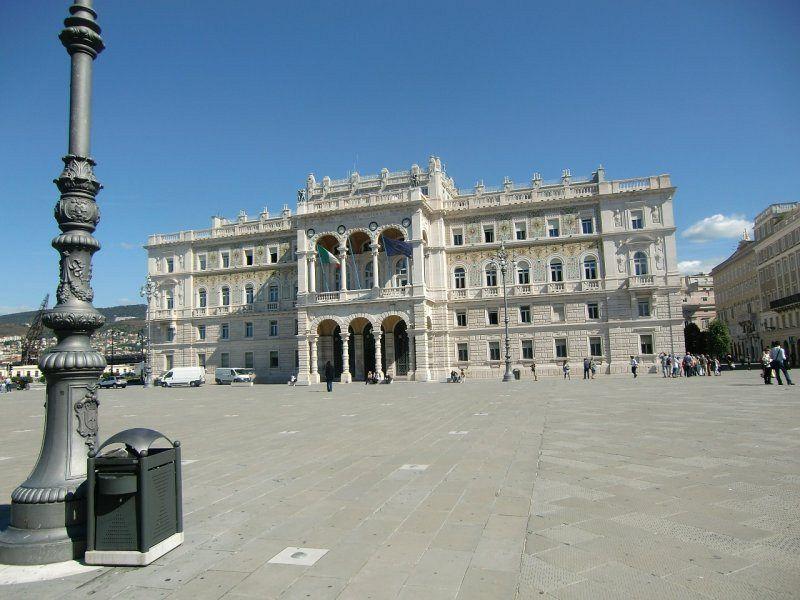 Trieste è il capoluogo della regione autonoma Friuli-Venezia Giulia, nel nordest dell'Italia, al confine con la Slovenia.