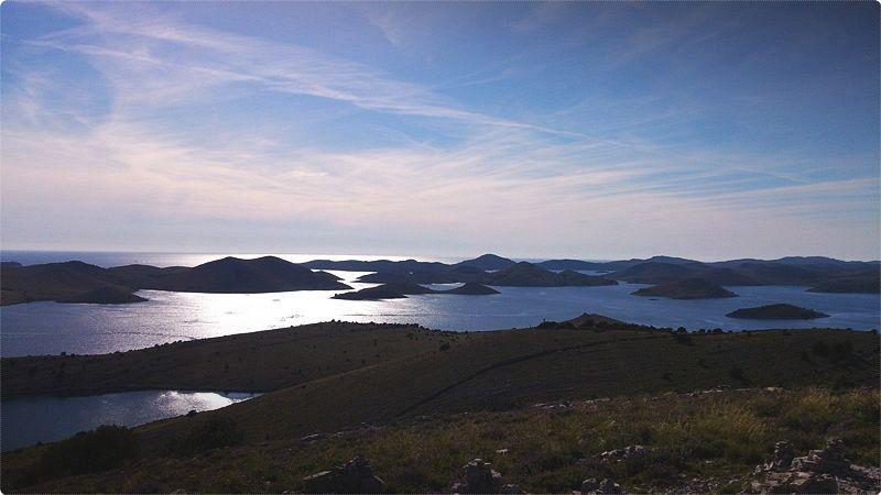 Croazia isole. Parallele alla costa si dispongono le isole dalmate 1185 considerando anche scogli e faraglioni, di cui soltanto una sessantina sono abitate.