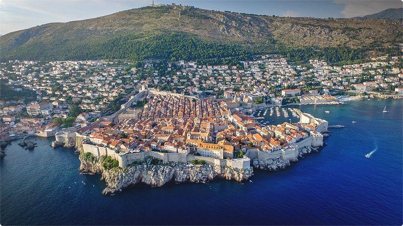 Mare Croazia. La città murata di Dubrovnik è la città più bella dell'Adriatico, e al largo si trovano alcune delle isole più incantevoli della Croazia, tra cui Mljet con passeggiate nella foresta, laghi gemelli e un monastero.