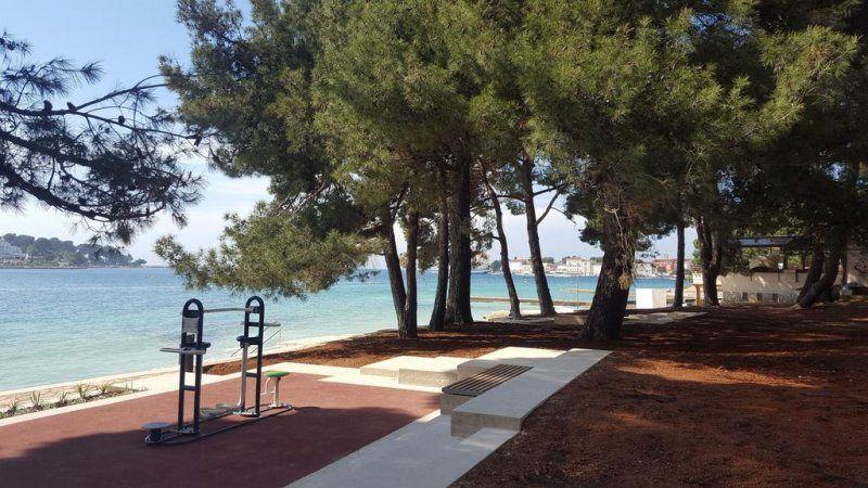 """Residence Villa Karda Croazia. A soli 200 metri di distanza dalle splendide spiagge, con una vista perfetta per la città di Parenzo. Dimenticate la macchina, centro del paese si trova a 5 minuti a piedi, così come tutti i """"punti"""" importanti a Porec."""