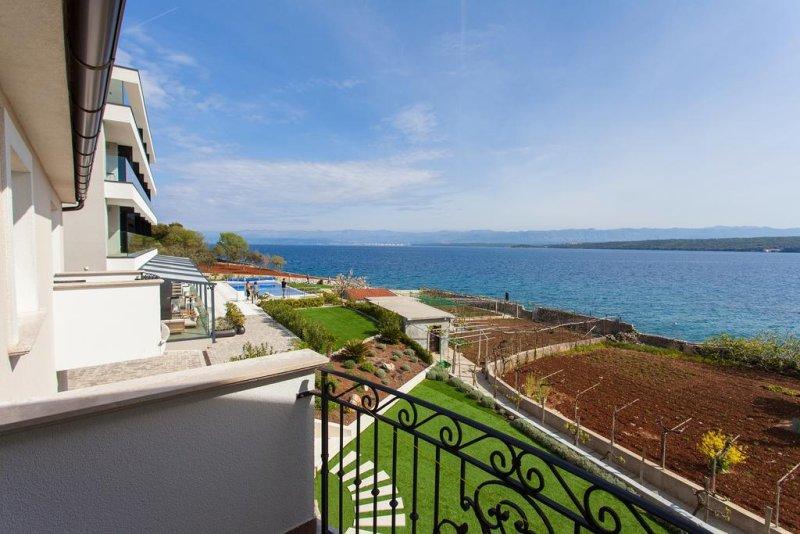 Hotel in Croazia mare. Situato a 20 metri da una spiaggia di Porat e a 3 km da Malinska, l'Hotel Villa Margaret offre una piscina all'aperto riscaldata, un ristorante à la carte con un'ampia terrazza affacciata sul mare #croazia