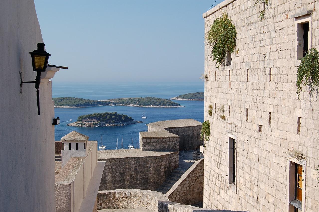Croazia hotel sul mare. I prezzi nei alberghi oscillano dall'alta stagione (giugno – settembre) ai periodi in cui non ci sono tanti ospiti. #croazia