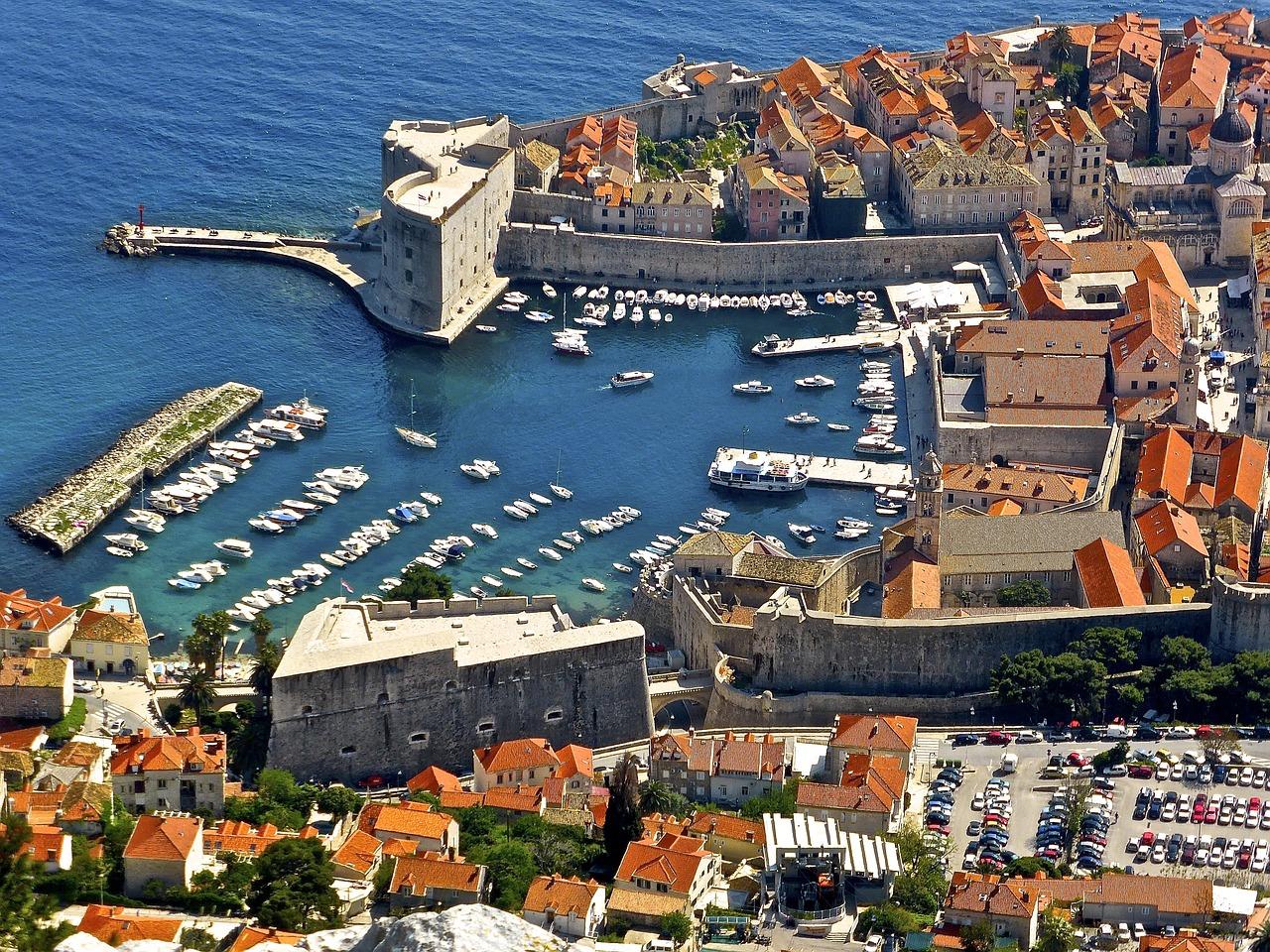 Hotel in Croazia. Prima della vacanza e meglio decidere se stare in un piccolo albergo o un albergo di lusso o un alloggio in uno dei molti appartamenti privati. #marecroazia