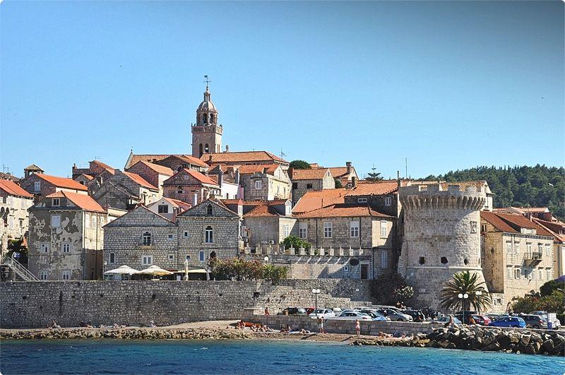 La città di Korčula è l'attrazione principale, un insieme cinto da mura e tetti e guglie color terracotta