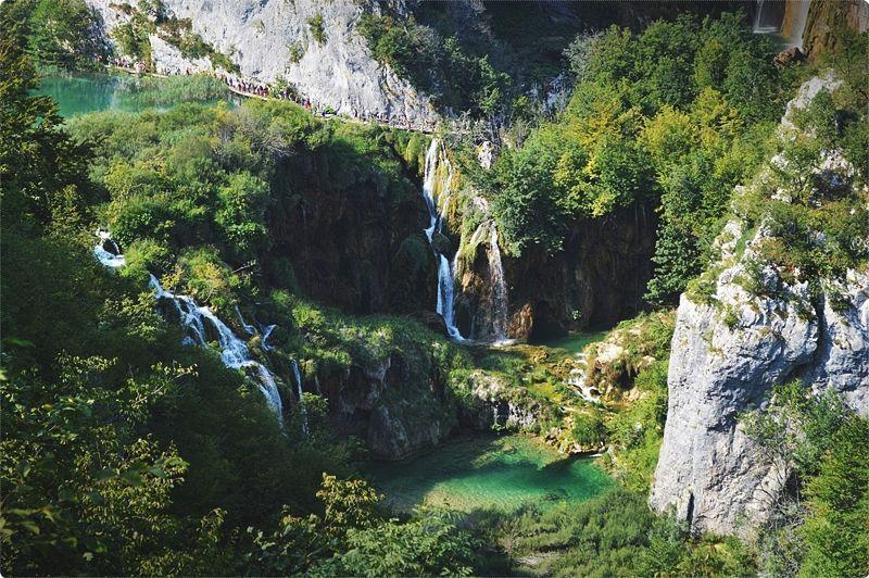 Parco nazionale Laghi di Plitvice (Plitvicka jezera). Ben 16 laghi carsici collegati tra loro da un numero infinito di cascate, ruscelli e salti d'acqua, creati da un particolarissimo fenomeno di fitogenesi che crea barriere di travertino.