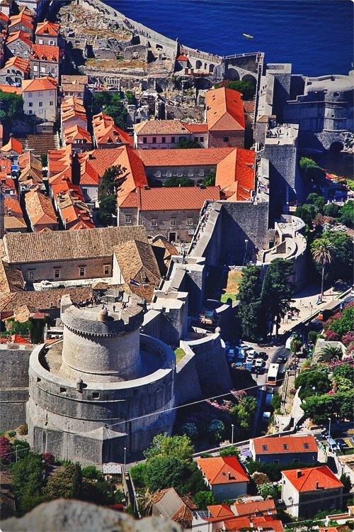 Dubrovnik vi conquisterà definitivamente, dapprima con le sue cerchia di mura che hanno resistito ad ogni sorta d'assedio e il centro storico con strade strette e ripide