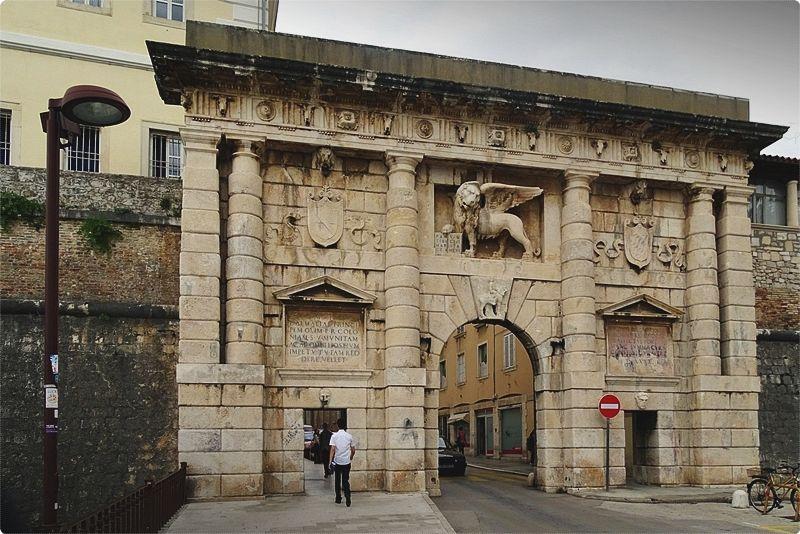 Zadar Croazia. L'ingresso più interessante del centro storico è la Porta Terraferma (Kopnena vrata), accessibile dal piccolo porto di Foša, l'unica parte superstite del sistema di protezione del canale di Zara.