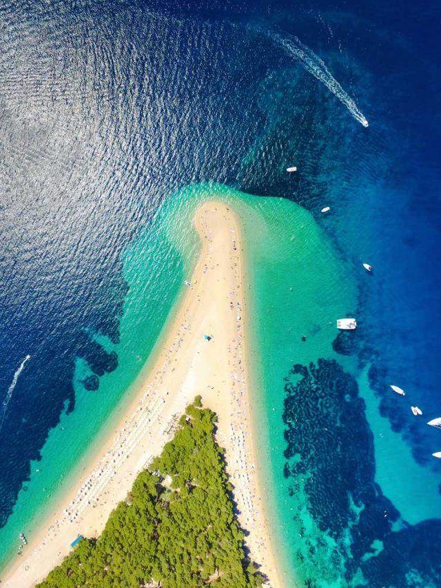 Spiagge sabbia Croazia. L'isola di Brac è famosa per una riva di sabbia, che si distende per duecento metri, chiamato Zlatni rat, un vero paradiso per gli amanti di windsurf.
