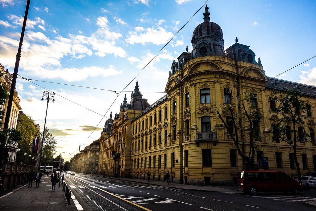 Per la visita della capitale croata si propongono due itinerari a piedi che si risolvono con alcune brevi puntate nei dintorni.