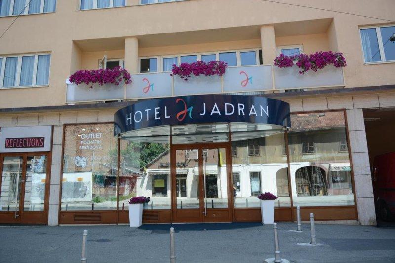 Situato nel cuore di Zagabria, a 7 minuti di cammino da Piazza Ban Jelacic, l'Hotel Jadran offre un accesso facile e veloce a tutti i monumenti e le attrazioni del centro della città