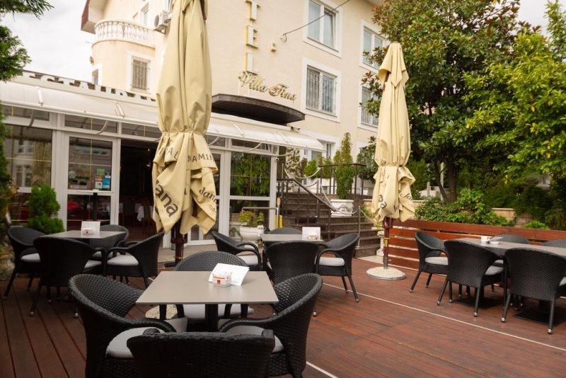 Situato in una deliziosa e tranquilla area boscosa del parco Maksimir, nella zona verdeggiante del centro di Zagabria, l'Hotel Vila Tina, di recente costruzione, si trova nei pressi di tutti i luoghi culturali e storici della città.