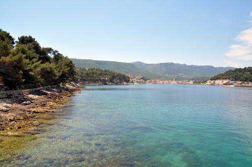 Hvar Jelsa. Mina è ina spiaggia sabbiosa, adatte quindi a famiglie con bambini. Si trova a 500 metri dal centro di Jelsa