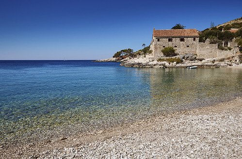 Hvar spiaggia Dubovica. Il posto preferito situato a 8 km a est della città di Hvar, con una grande spiaggia di ciottoli e meravigliose aree sottomarine.