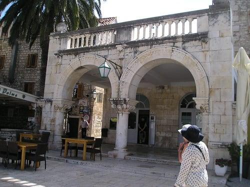 Hvar Arsenale. Nel 1612 il conte Pietro Semitecolo vi fece costruire accanto il fondaco e, sopra l'Arsenale, il teatro. È il più antico della Croazia, risistemato nel 1800 con logge e palchi e celebre per le grandi tradizioni (prosa e lirica) artistiche.