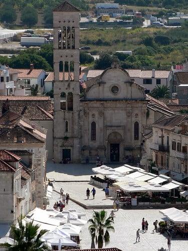 Hvar Piazza. La piazza principale, aperta sul porto, è di aspetto veneziano e di impronta monumentale, la più vasta della Dalmazia.