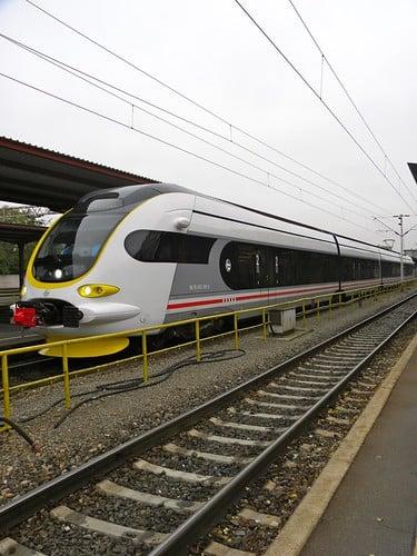 Zagreb Central Station. I treni gestiti dalle ferrovie croate (Hrvatske Željeznice) passano ogni 15 minuti da est a ovest, collegando la periferia di Zagabria con la stazione ferroviaria centrale.