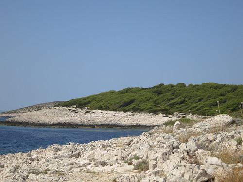 Hvar. L'isolotto selvaggio di Jerolim, ancora poco noto dai turisti, è una meta irrinunciabile per i naturisti, che qui possono scoprire una delle più belle spiagge