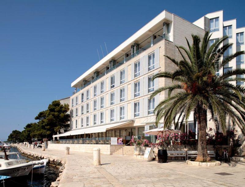 Situato in posizione ideale e affacciato sulla città di Hvar, l'Adriana Hvar Spa Hotel è stato completamente ristrutturato nel 2018, e offre una terrazza all'ultimo piano con vista panoramica