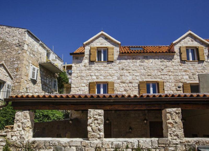 Situato a Hvar, a 1,6 km dalla spiaggia di Stipanska, l'Heritage Hotel Dea nel quartiere della Città Vecchia di Hvar, offre un giardino e un ristorante.