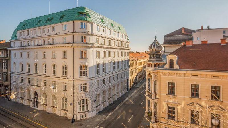 Situato nel cuore di Zagabria, a 4 minuti a piedi da Piazza Ban Jelacic, l'Hotel Capital offre un ristorante à la carte e un bar decorato con influenze Art Deco e Art Nouveau.