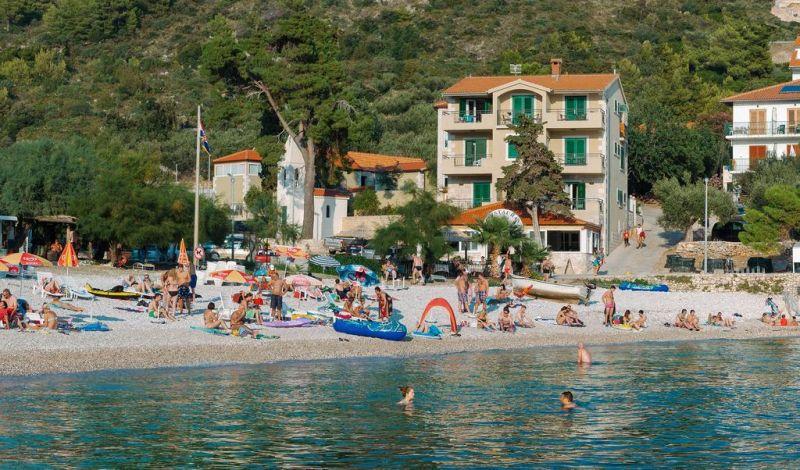 Ubicato presso la spiaggia del villaggio di Milna, a 5 km dal centro di Hvar, l'Hotel Fortuna dispone di un bar e un ristorante sul posto, e offre camere luminose, arredate con colori vivaci e dotate di connessione Wi-Fi gratuita.