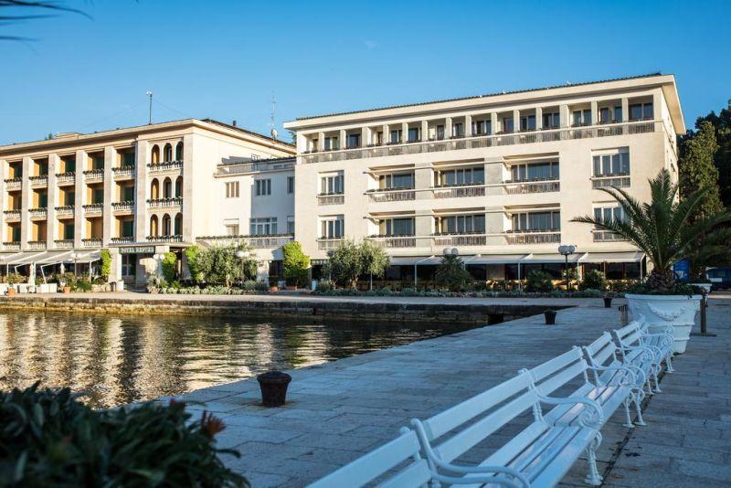 Situato proprio accanto al terminal dei traghetti nel Parco Nazionale di Brioni, l'Hotel Istra offre eleganti camere climatizzate
