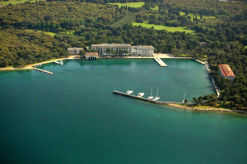 Brijuni Hotel Istra. Potrete giocare a golf e a tennis o noleggiare un'auto elettrica. Potrete ammirare la flora e la fauna uniche e il clima di questo paesaggio incontaminato.