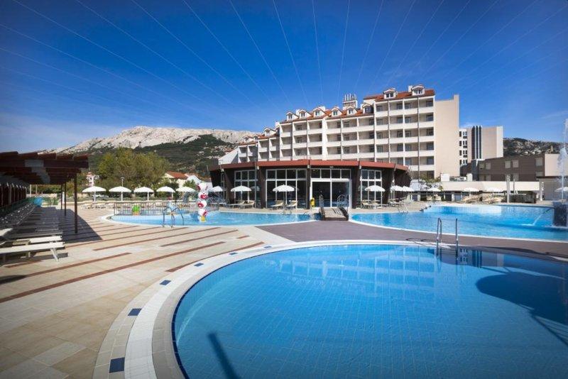 Situato a Baška, nelle immediate vicinanze del mare, sull'isola di Krk (Veglia), il Corinthia Baška Sunny Hotel by Valamar offre una colazione a buffet, un'area benessere e una selezione di appartamenti climatizzati.