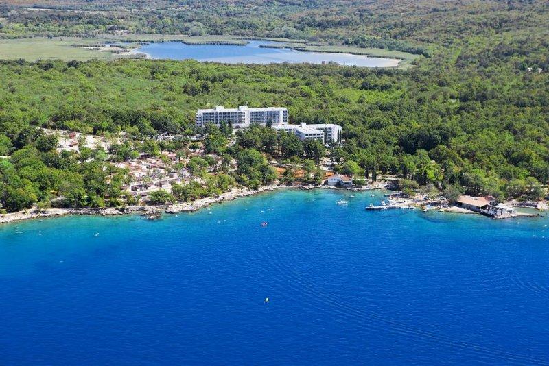 L'Hotel Beli Kamik, circondato da una pittoresca foresta di querce, gode di un'ottima posizione, a soli 150 metri dal mare nell'ex villaggio di pescatori di Njivice, e propone il parcheggio in loco e la connessione WiFi gratuita.