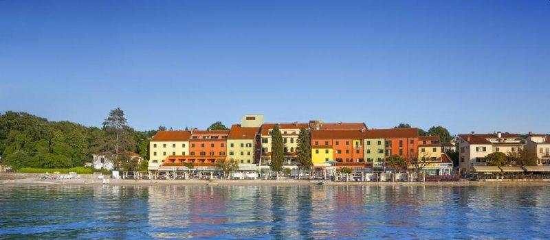 Situato nella parte settentrionale dell'Isola di Krk (Veglia), l'Hotel Jadran vanta una splendida posizione sulla spiaggia, vicino al centro di Njivice.