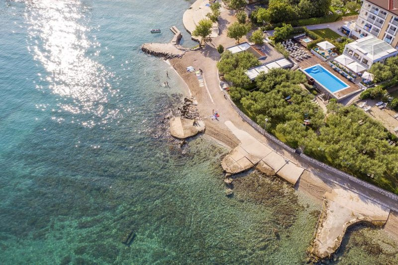 Albergo a 4 stelle ristrutturato nel 2015 e situato a pochi metri dal mare, l'Hotel Vila Rova sorge nella baia di Rova, lungo la costa nord-occidentale dell'Isola di Krk (Veglia), e ospita una piscina riscaldata all'aperto, una vasca idromassaggio e un centro benessere in loco.