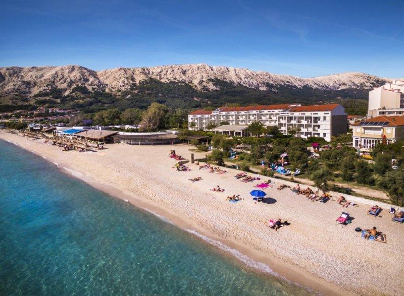 Collegato tramite una passeggiata romantica alla splendida spiaggia di Baška, una delle più belle del Mediterraneo, il Valamar Zvonimir Hotel offre sistemazioni con balcone immerso in crepuscoli purpurei.