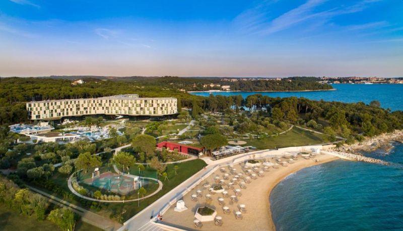 Situato su una penisola verde, a soli 50 metri dal mare e ad appena 4 km dalla città di Rovigno, il Family Hotel Amarin vanta una zona spa e benessere, 4 ristoranti con menù speciali per bambini e un complesso di 4 piscine all'aperto per adulti, bambini e neonati.