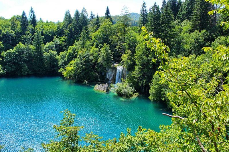 Quello dei Laghi di Plitvice (Plitvička jezera) è il più antico e il maggior parco nazionale della Repubblica di Croazia.